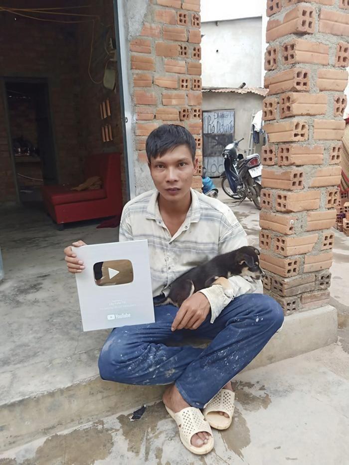 Youtuber dạy trộn vữa vượt mặt bà Phương Hằng khoe xấp tiền, tiết lộ thu nhập cả trăm triệu mỗi tháng 3