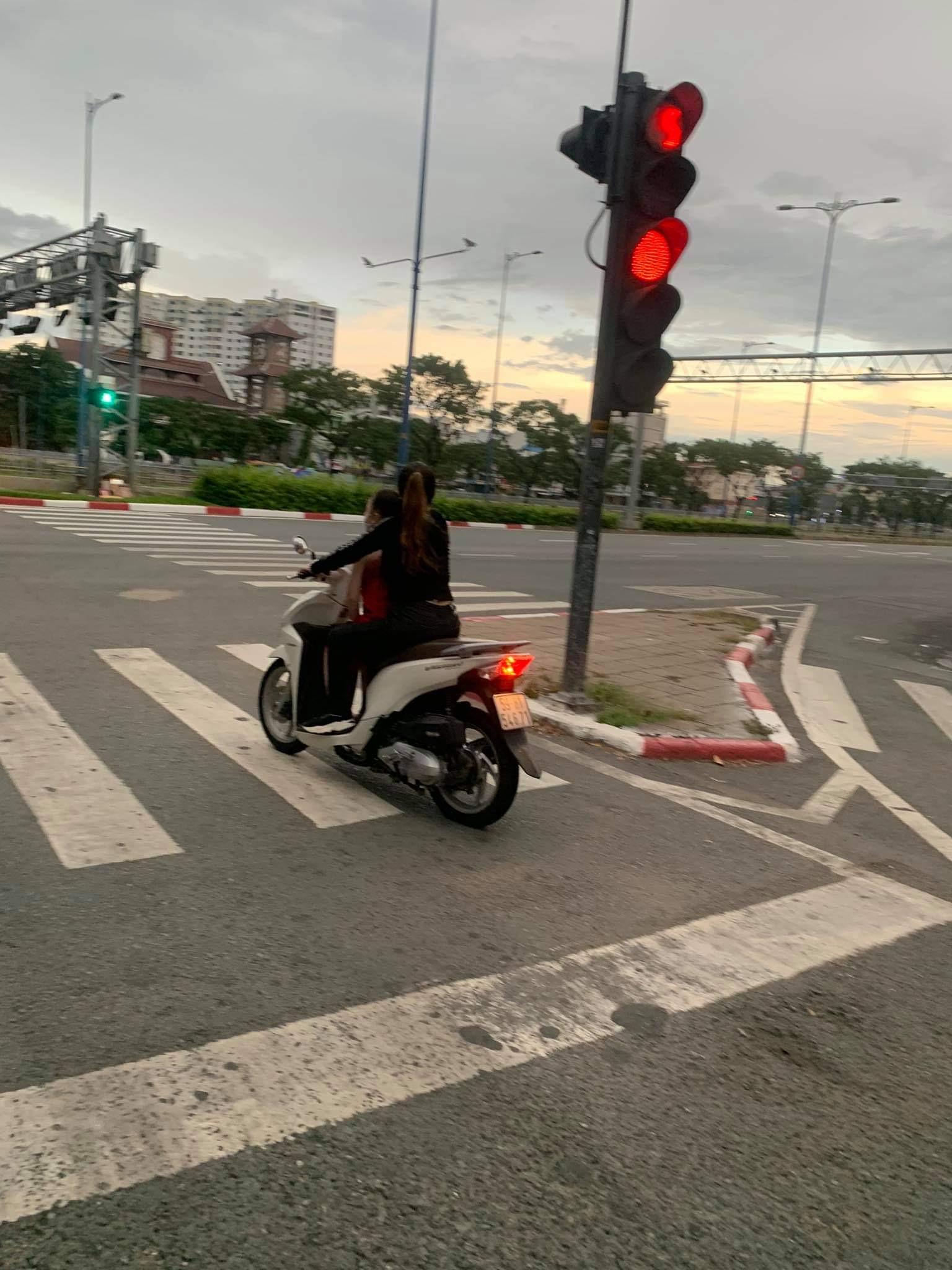 'Vua lì đòn quận 4' tiếp tục xuất hiện trong ngày Sài Gòn giãn cách, khẩu trang và mũ bảo hiểm đi đâu mất rồi?  5
