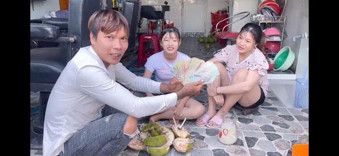 Youtuber dạy trộn vữa vượt mặt bà Phương Hằng khoe xấp tiền, tiết lộ thu nhập cả trăm triệu mỗi tháng 4