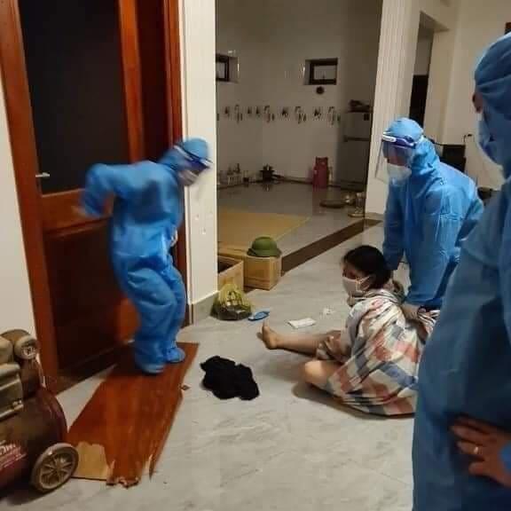 Người phụ nữ cởi sạch quần áo, cố thủ trong nhà khi được đưa đi cách ly 2