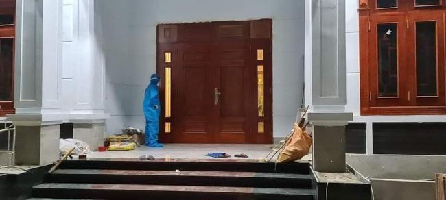 Người phụ nữ cởi sạch quần áo, cố thủ trong nhà khi được đưa đi cách ly 1