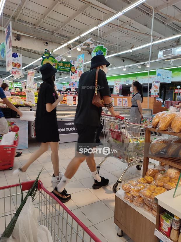 Đoàn Văn Hậu lộ ảnh tình tứ với bạn gái tại siêu thị, hành động giữa nơi đông người gây chú ý  3