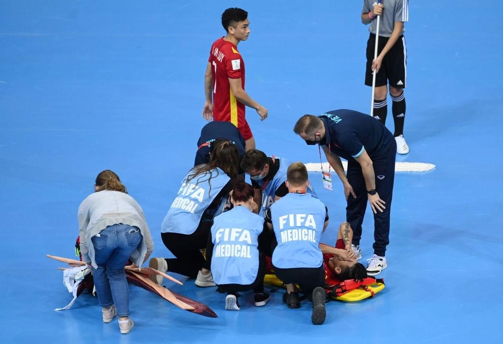 Đau lòng khoảnh khắc cầu thủ ĐT Việt Nam đổ gục vì chấn thương nặng, bất lực vì không thể tiếp tục chiến đấu 4