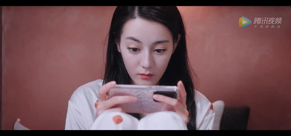 Cách Dương Dương xem điện thoại khiến fan cười ná thở: 'Y chang các cụ già U70' 2