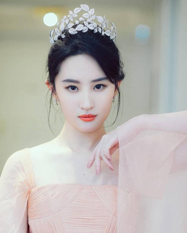 Dương Mịch, Nhiệt Ba, Diệc Phi, Lệ Dĩnh... đội vương miện so kè nhan sắc, ai là nữ hoàng trong trái tim bạn? 7