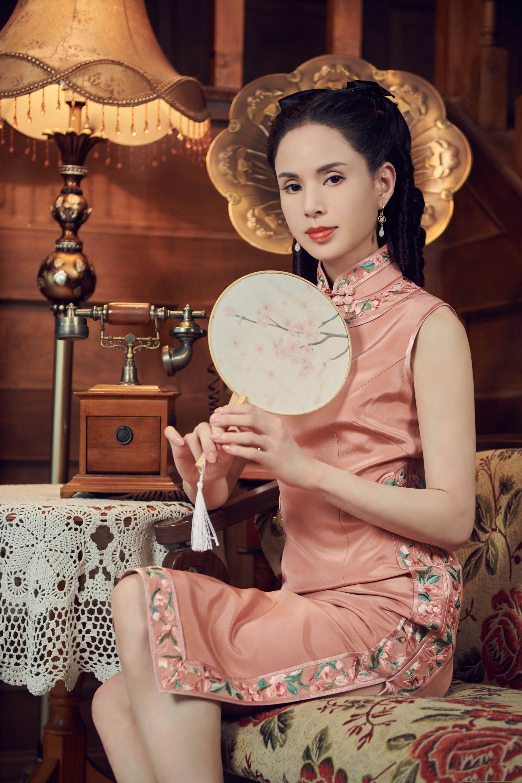 'Tiểu Long Nữ' Lý Nhược Đồng mặc sườn xám khoe vóc dáng tuyệt mỹ ở tuổi 54 1