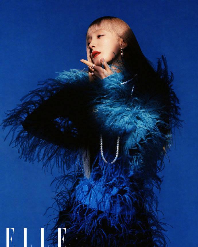 Đụng hàng áo lông vũ xanh trên bìa tạp chí, Dương Mịch 'chặt đẹp' cả sao Hàn lẫn sao Trung 2