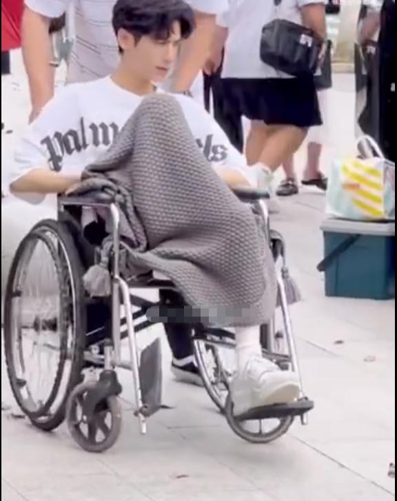 La Vân Hi bó bột cứng ngắc, phải ngồi xe lăn đi làm khiến fan như ngồi trên đống lửa 5