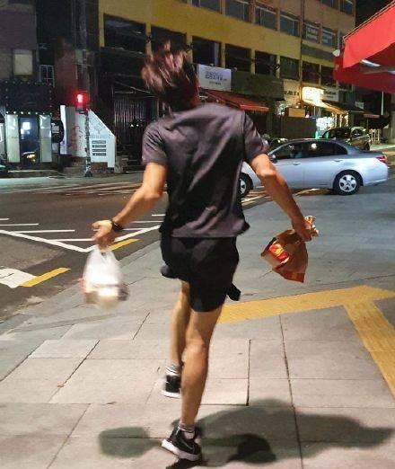 Bi Rain nhảy chân sáo đi mua gà rán 4
