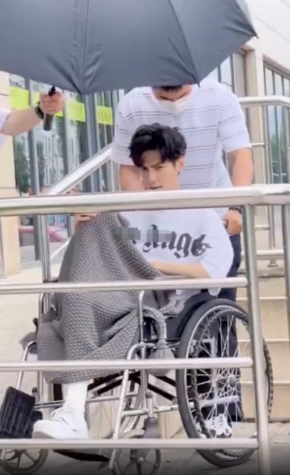 La Vân Hi khòng khoèo ngồi xe lăn khiến 'người qua đường' cũng xót 2