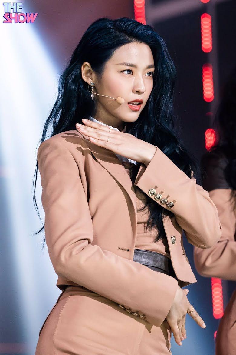 17 idol Kpop đẹp chói chang khi nhuộm tóc màu xanh thiên thanh 3
