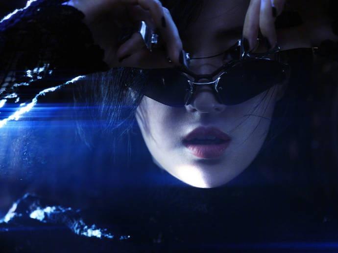 Sau ảnh hậu trường ngấn mỡ, Lưu Diệc Phi tung siêu phẩm chị đại cưỡi mô tô lướt gió trong đêm 1