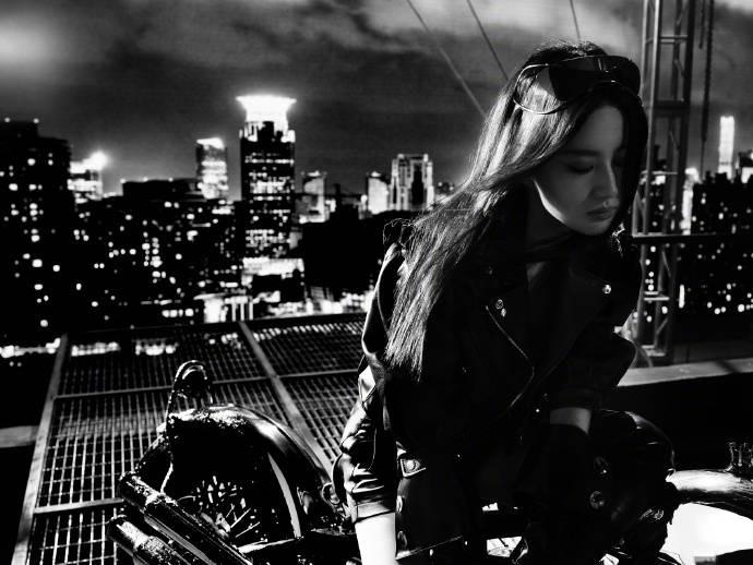 Sau ảnh hậu trường ngấn mỡ, Lưu Diệc Phi tung siêu phẩm chị đại cưỡi mô tô lướt gió trong đêm 11