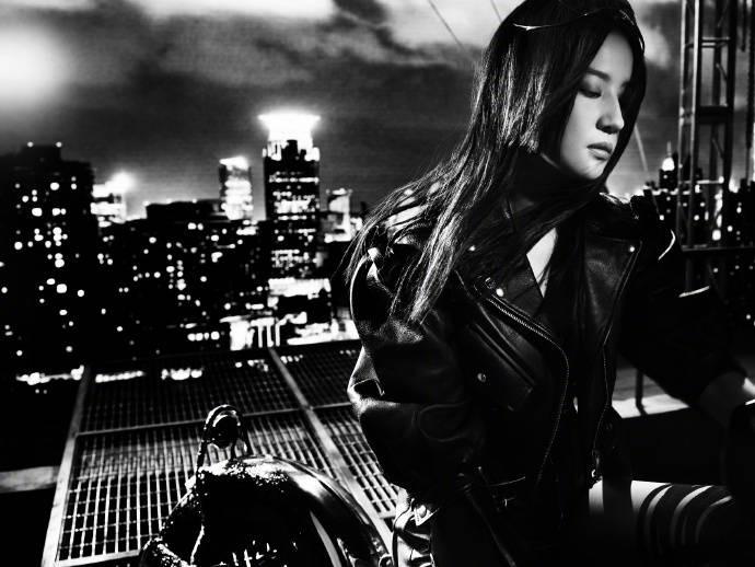 Sau ảnh hậu trường ngấn mỡ, Lưu Diệc Phi tung siêu phẩm chị đại cưỡi mô tô lướt gió trong đêm 12