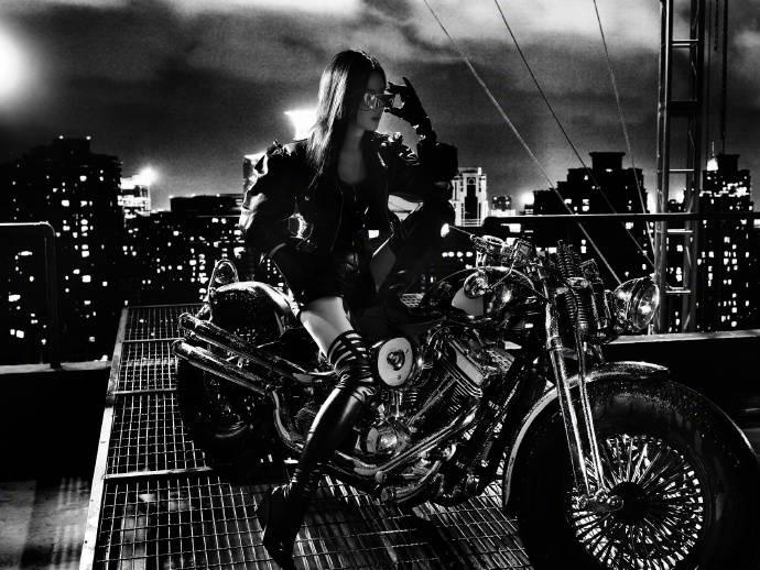 Sau ảnh hậu trường ngấn mỡ, Lưu Diệc Phi tung siêu phẩm chị đại cưỡi mô tô lướt gió trong đêm 2