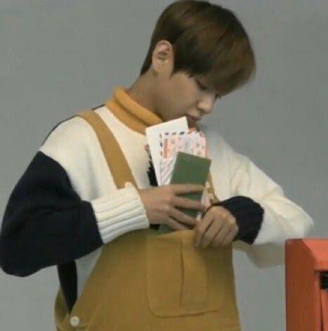 V(BTS) đích thị fan cuồng quần yếm: Thích trẻ trung, đáng yêu hay quyến rũ, gợi cảm anh đều cân đẹp 10