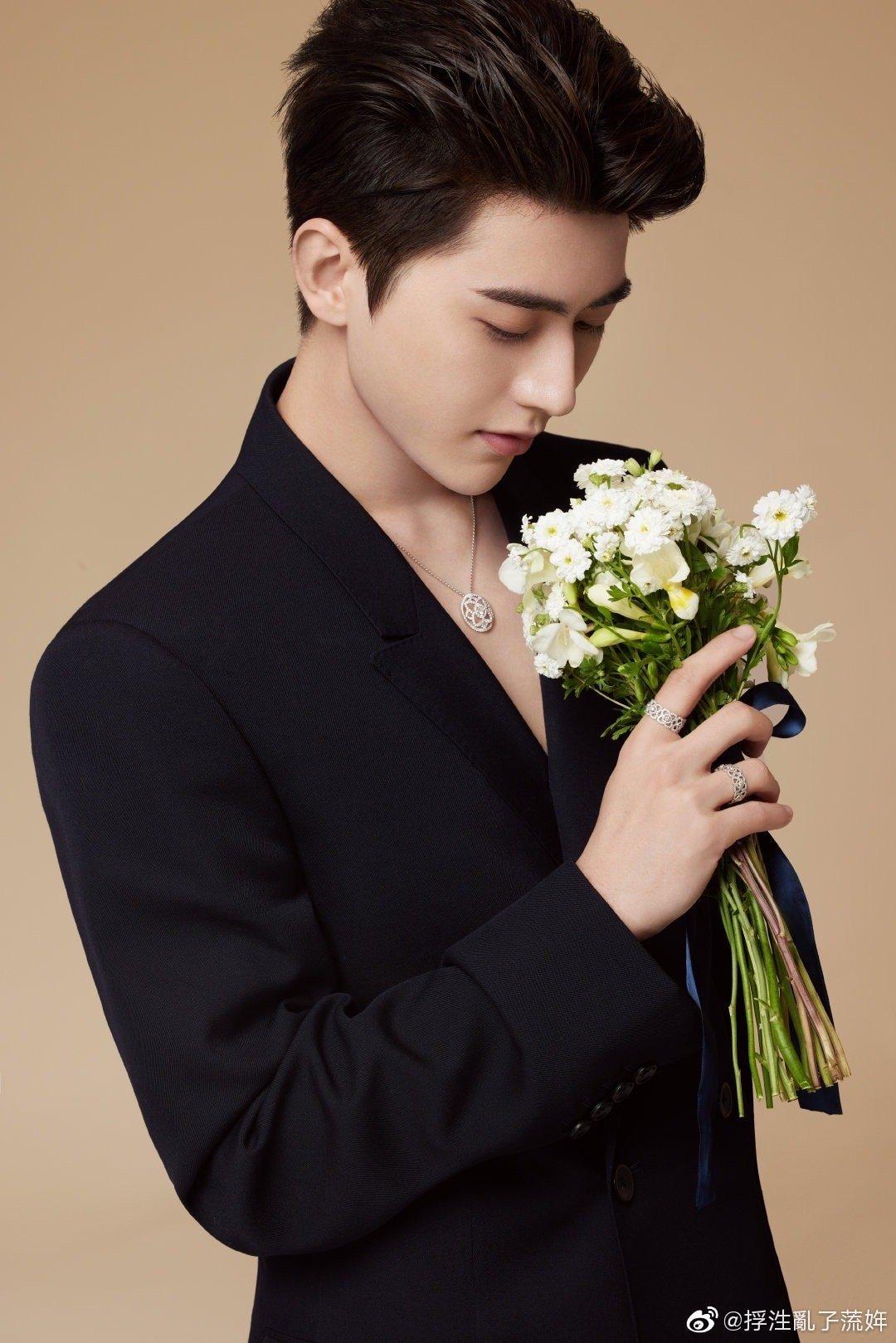 12 trai đẹp Cbiz cầm hoa tỏ tình, chàng trai nào khiến bạn gật đầu nguyện ý? 1