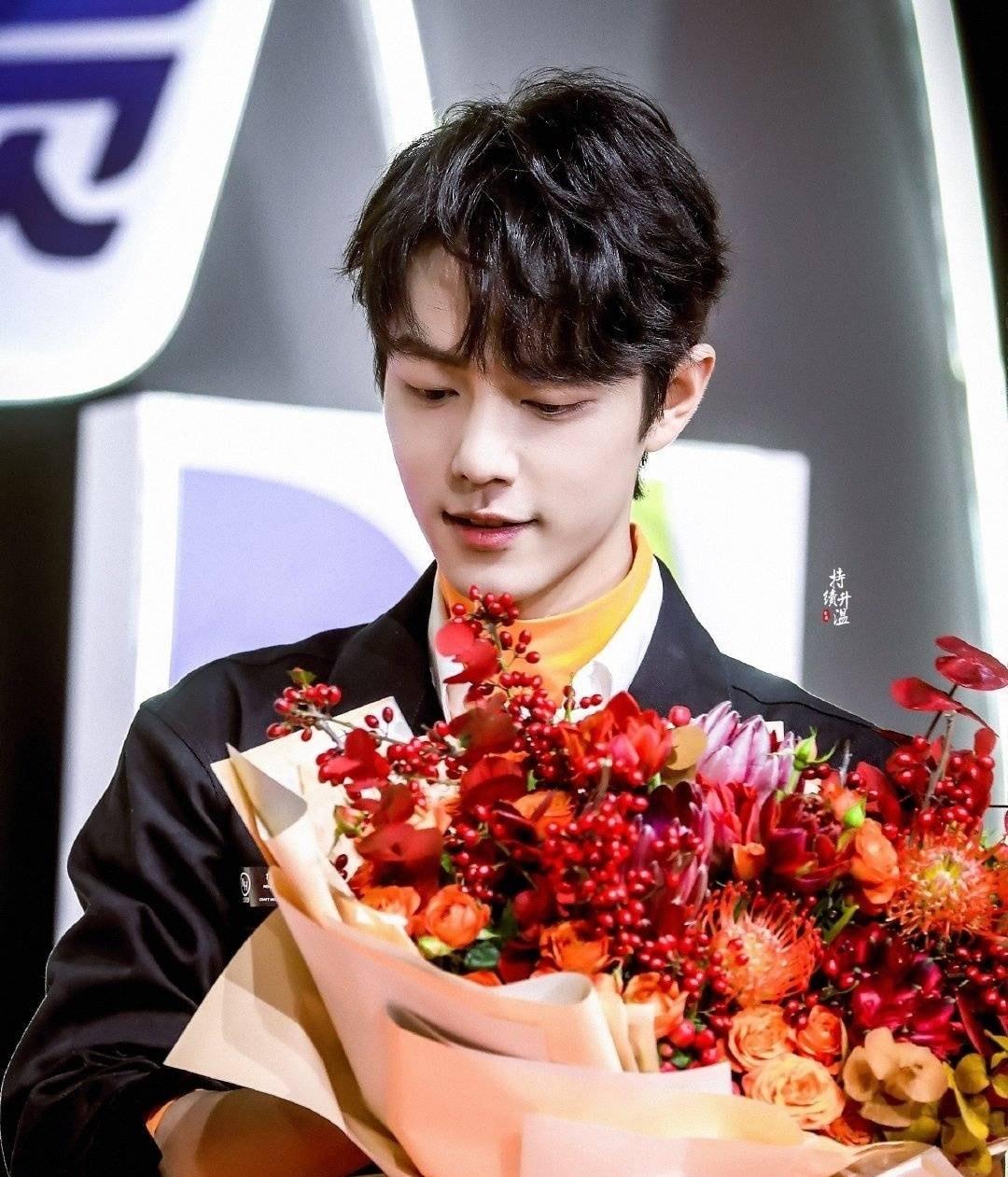 12 trai đẹp Cbiz cầm hoa tỏ tình, chàng trai nào khiến bạn gật đầu nguyện ý? 10