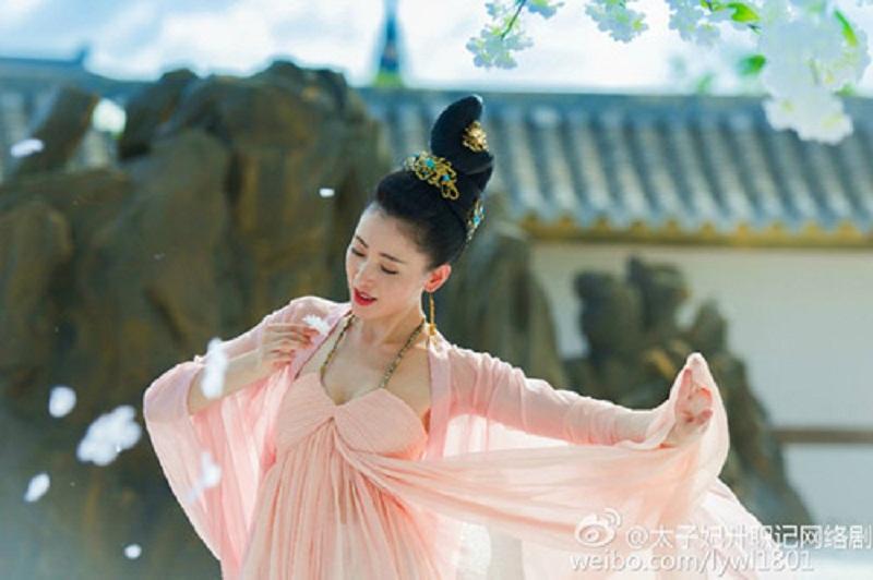 8 mỹ nhân Cbiz dưới mưa hoa: Dương Dung soán ngôi kinh điển của Angela Baby 1