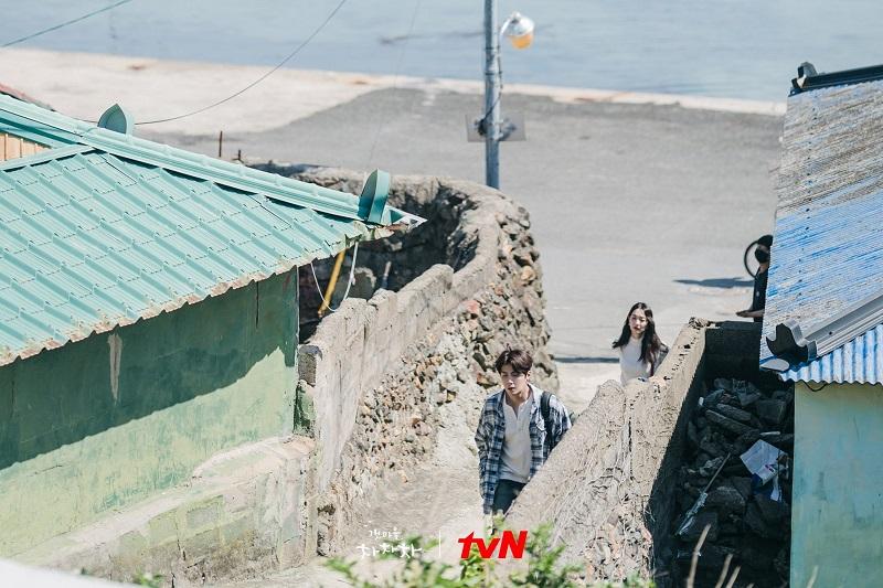 Fan cuồng Hometown Cha-Cha-Cha đang khiến đoàn phim 'nhức đầu' vì cố mò vào nhà Hye Jin và Doo Sik 2