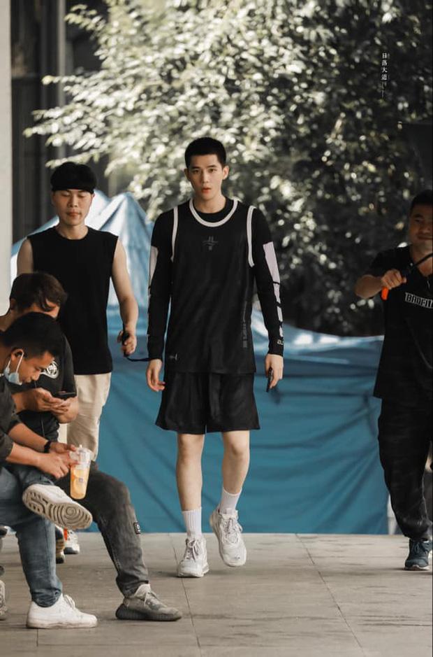 Vương An Vũ hóa 'hot boy bóng rổ' lả lơi cùng Phạm Thừa Thừa trong Vai Trái Có Cậu 2
