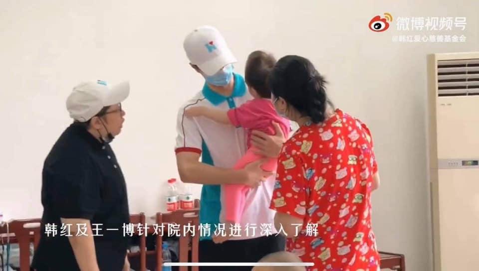 Netizen tặng 'mưa lời khen' cho Vương Nhất Bác trước hành động xuống tận tiền tuyến từ thiện 4