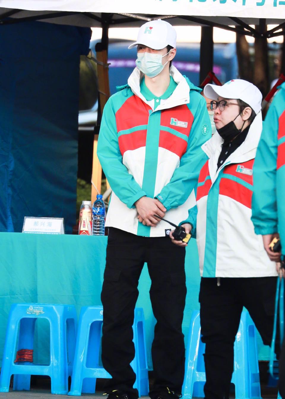 Netizen tặng 'mưa lời khen' cho Vương Nhất Bác trước hành động xuống tận tiền tuyến từ thiện 11