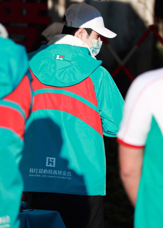 Netizen tặng 'mưa lời khen' cho Vương Nhất Bác trước hành động xuống tận tiền tuyến từ thiện 9