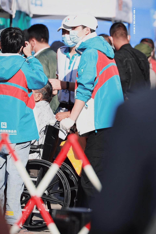 Netizen tặng 'mưa lời khen' cho Vương Nhất Bác trước hành động xuống tận tiền tuyến từ thiện 8