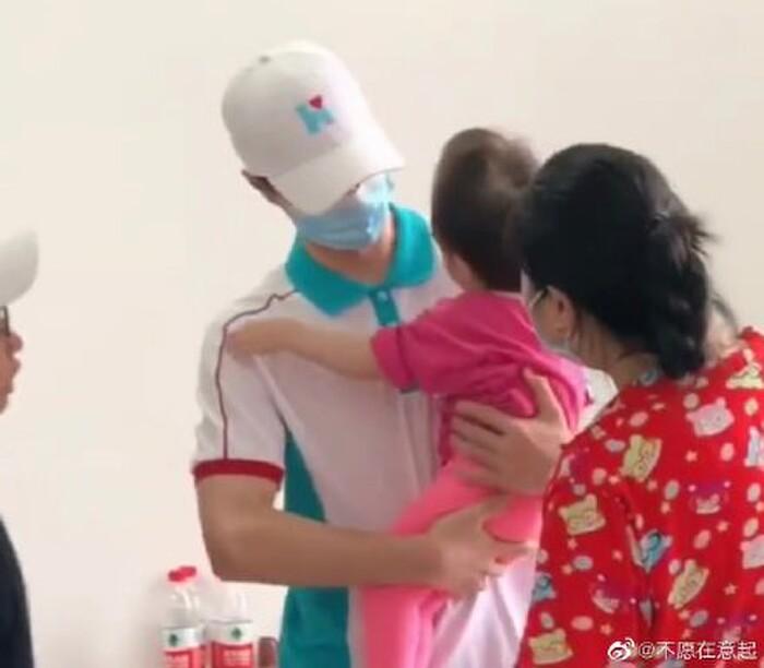 Vương Nhất Bác và loạt khoảnh khắc đẹp trong chuyến cứu trợ Hà Nam: Chào mừng dũng sĩ nhỏ bình an trở về 6
