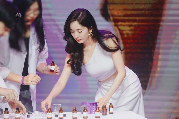 Dương Mịch khoe sắc vóc siêu mlem tại sự kiện, 'chiếc' eo Ngọc Trinh Vbiz chắc chắn 'chạy dài' 7