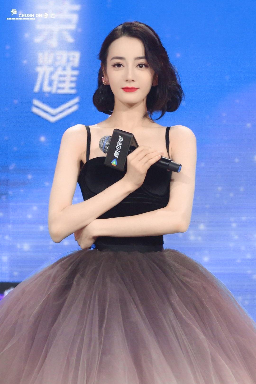 Netizen nên học theo độ thông thái của Địch Lệ Nhiệt Ba: Mua 1 mặc được 2, chả màu mè cũng lên hương ngồn ngộn 3