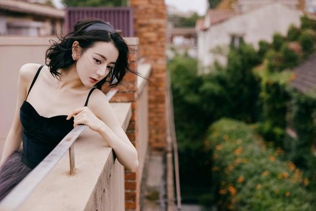 Netizen nên học theo độ thông thái của Địch Lệ Nhiệt Ba: Mua 1 mặc được 2, chả màu mè cũng lên hương ngồn ngộn 9