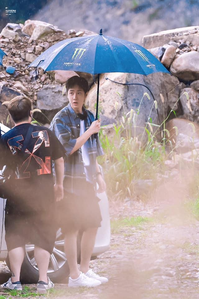 Visual của Vương Nhất Bác điên đảo đến mức khiến staff và fan 'gà bay chó sủa' tại Thiên Thiên Hướng Thượng 11