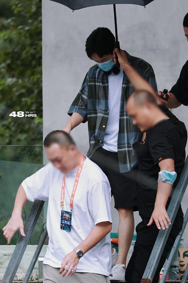 Visual của Vương Nhất Bác điên đảo đến mức khiến staff và fan 'gà bay chó sủa' tại Thiên Thiên Hướng Thượng 1