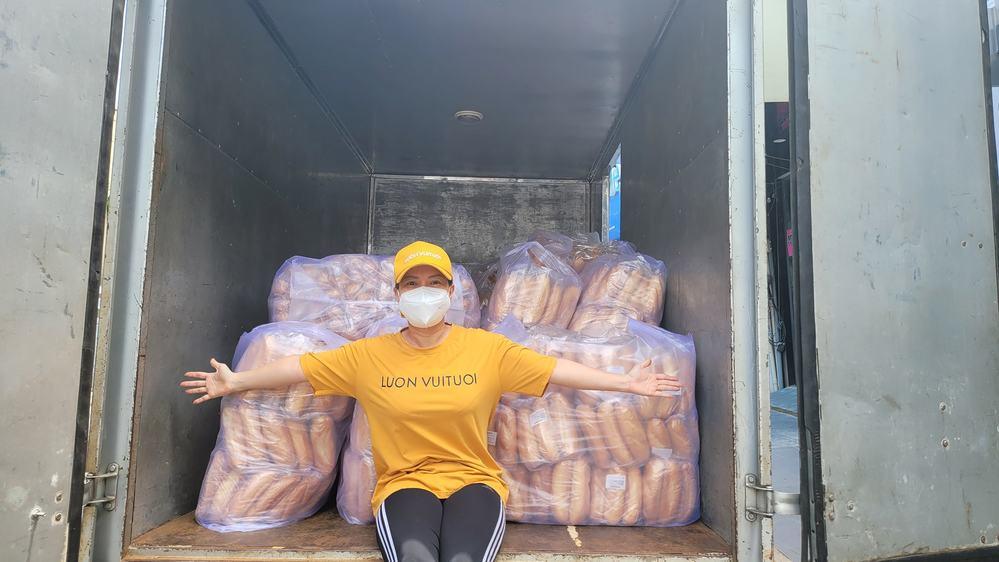 Bỏ ngoài tai mọi chỉ trích, Việt Hương thuê hẳn xe tải chở bánh mỳ, trứng gà phân phát cho bà con vùng dịch 2