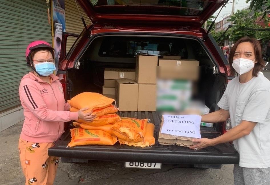 Bỏ ngoài tai mọi chỉ trích, Việt Hương thuê hẳn xe tải chở bánh mỳ, trứng gà phân phát cho bà con vùng dịch 1