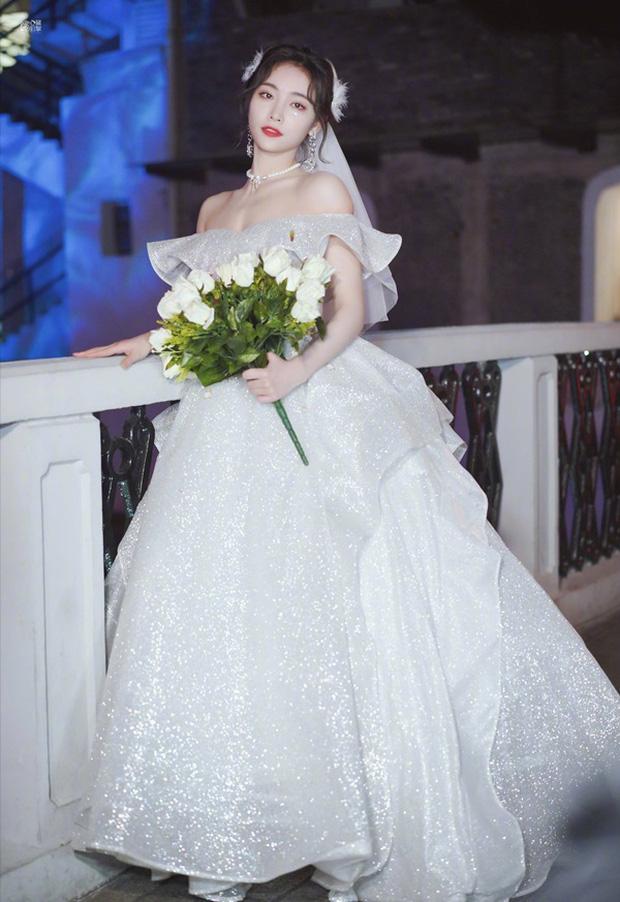 Nữ thần Cbiz khoe visual nức nở trong váy cưới: Nhiệt Ba, Tịnh Y đẹp 'nhức nách', Dương Mịch bỏ bùa Cnet 15