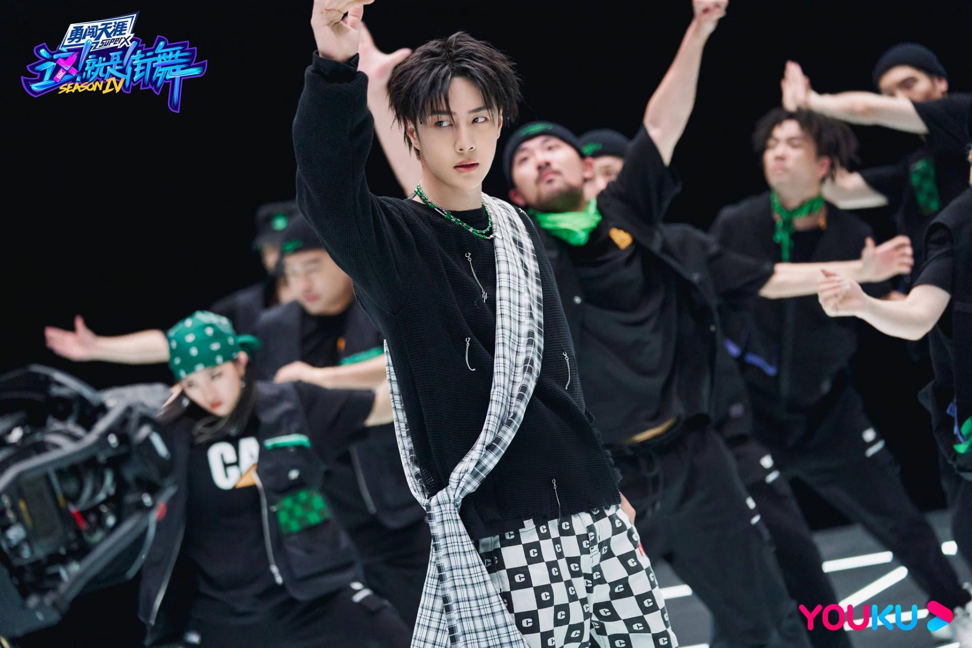 Loạt ảnh siêu 'mlem' của 'báo đen' Vương Nhất Bác tại Street Dance of China 4 6