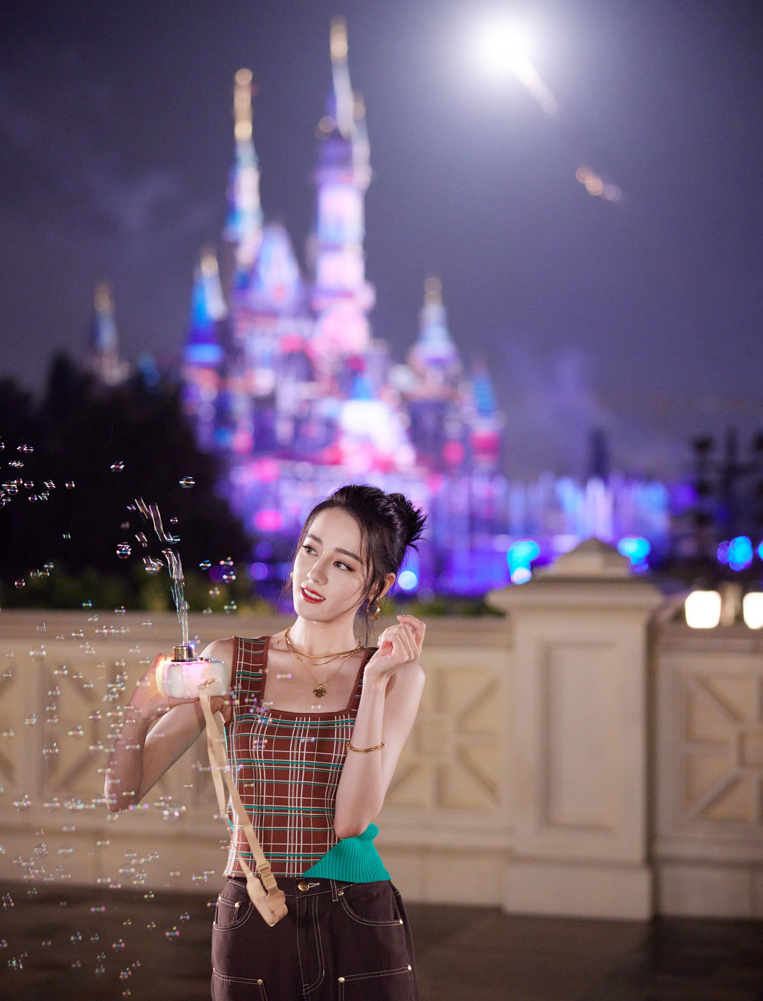 Lịm tim trước khoảnh khắc Địch Lệ Nhiệt Ba chơi gấu bông, cưỡi thú nhún: Cô công chúa không bao giờ lớn 5