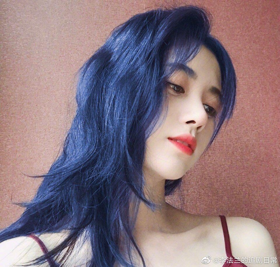 زیبایی Cbiz با موهای آبی