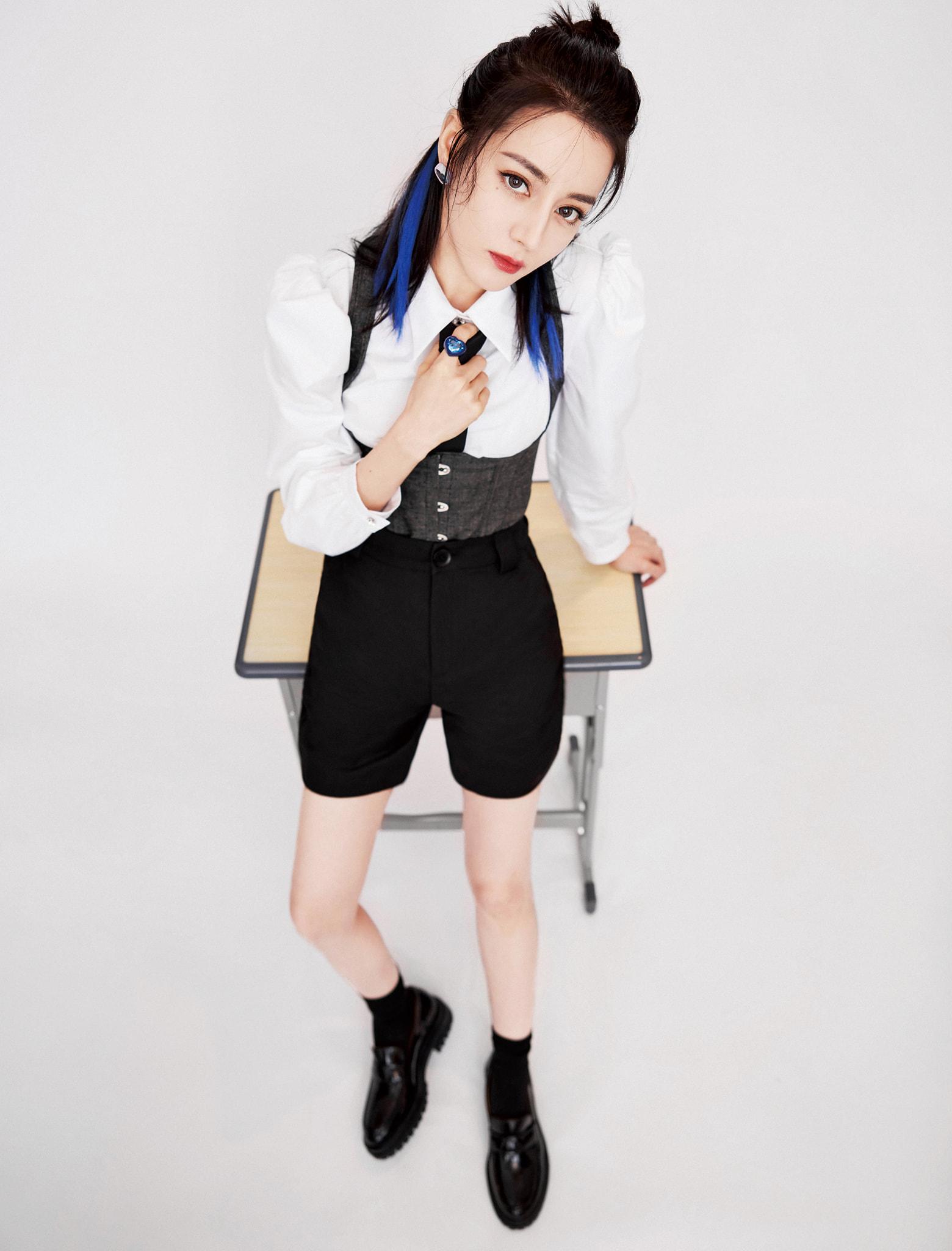 Địch Lệ Nhiệt Ba - Dương Mịch 'chặt nhau' không tiếc tay với kiểu tóc light xanh: Ai mới là bad girl chính hiệu? 2