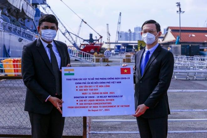 TP. HCM tiếp nhận 300 máy tạo oxy, 100 tấn oxy y tế do Chính phủ Ấn Độ trao tặng 1