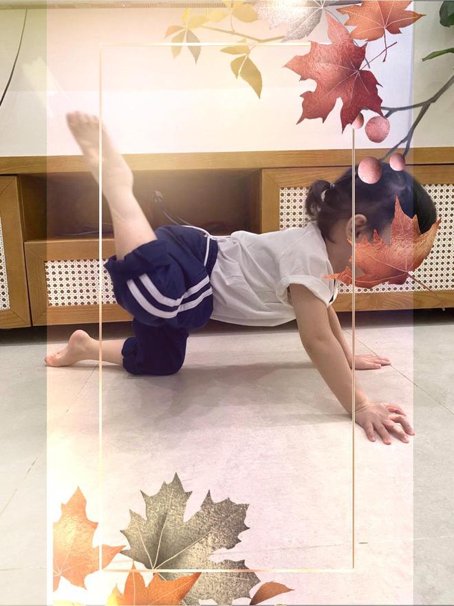 Gương mẫu như ái nữ nhà Trường Giang, bé xíu đã bắt cả nhà tập tành nâng cao sức khỏe 2