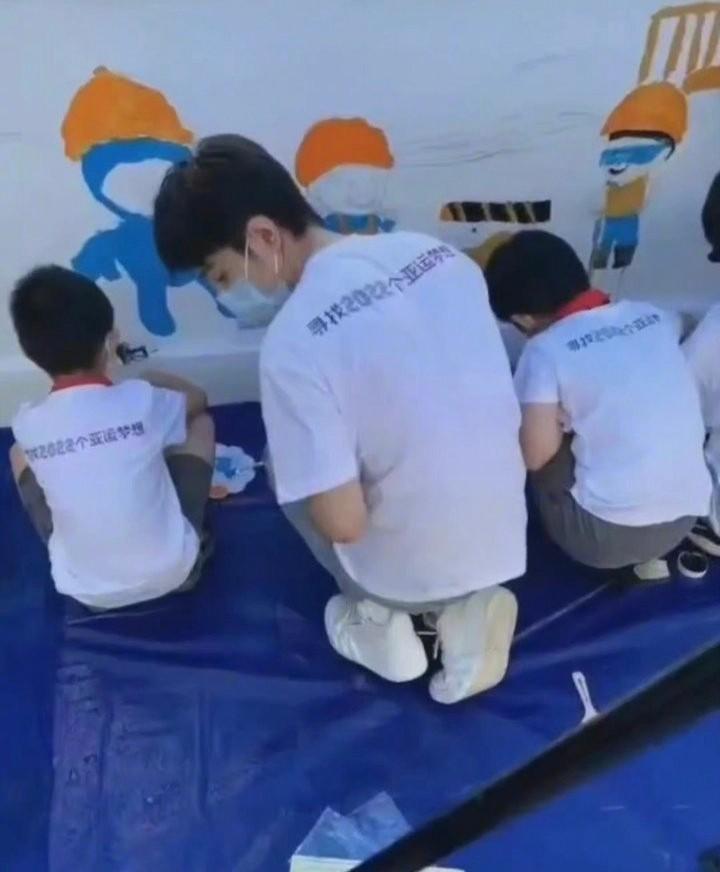 Tiêu Chiến sẵn sàng quỳ gối để vẽ tranh cùng các em nhỏ: Hơn cả triệu lời yêu là trái tim ấm áp 4