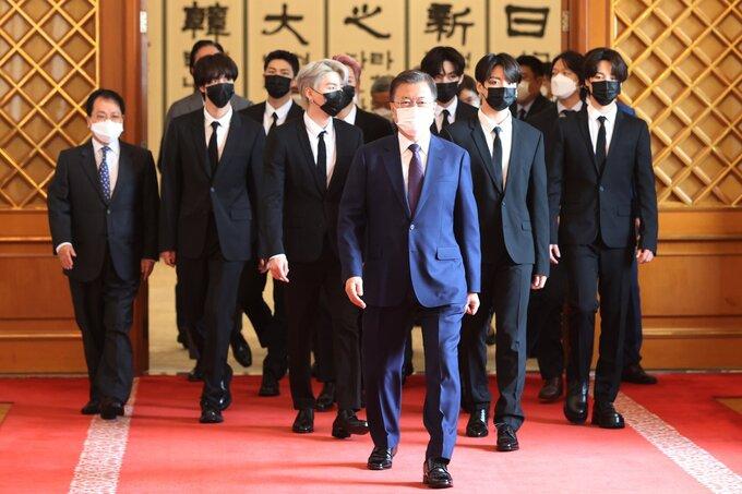 Đỉnh như BTS: Gặp Tổng thống tại Nhà Xanh, visual ngầu lòi nhưng thái độ lễ phép mới khiến fan 'vỗ ngực' tự hào 2