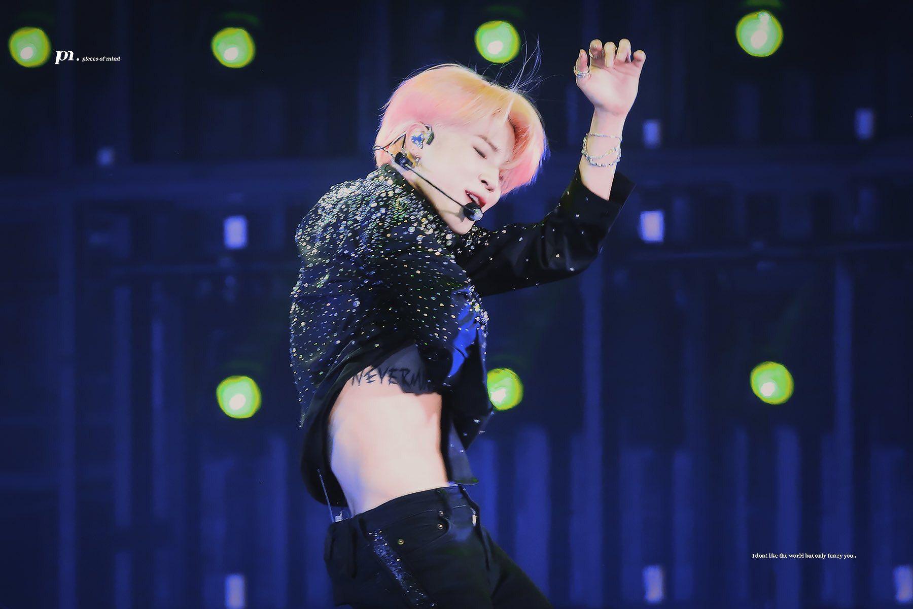 Jimin (BTS) khiến PT muốn bỏ việc, fan girl 'choảng nhau' không tiếc váy vì body 'nhức nách' 4