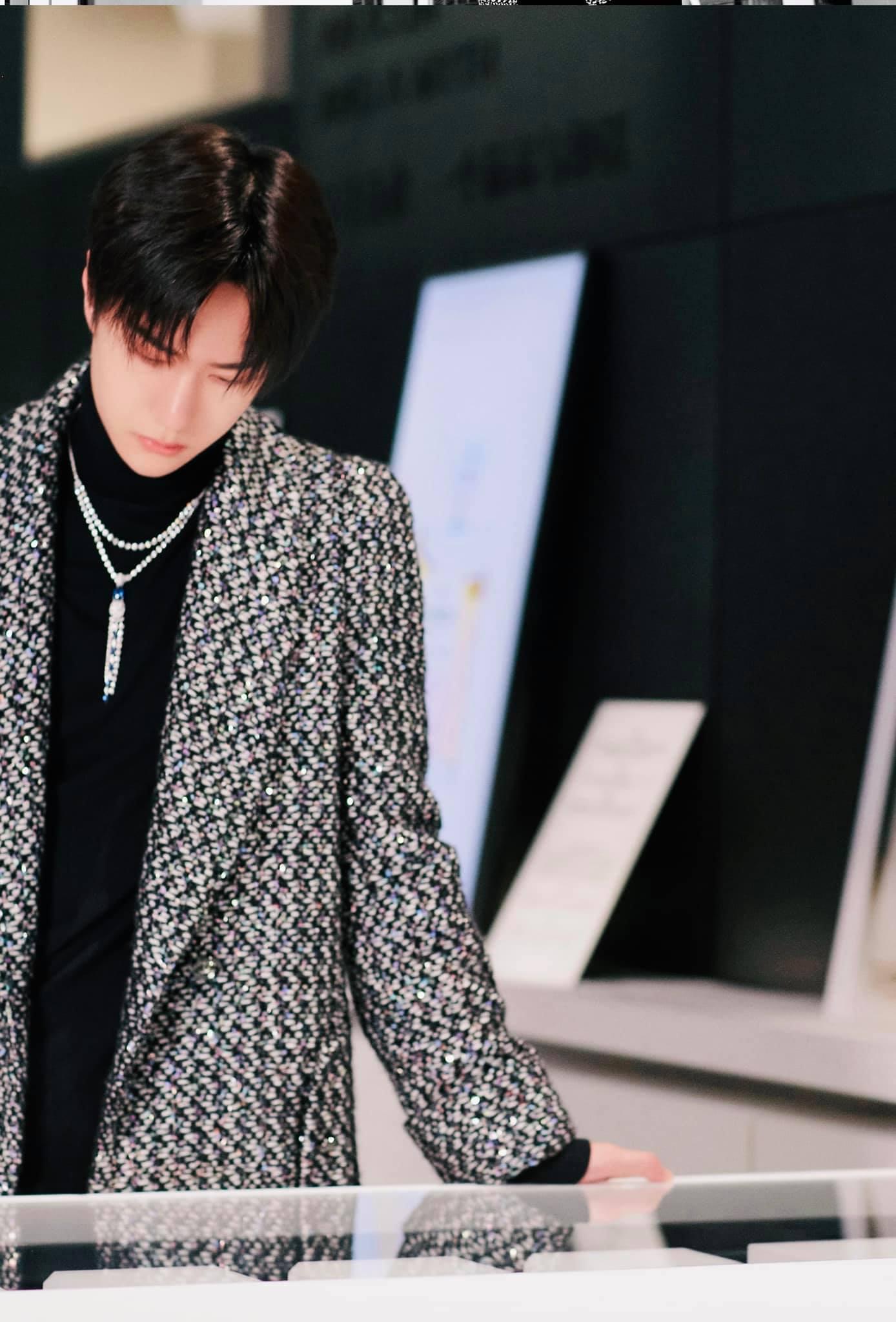 Vương Nhất Bác đẹp 'chấn động bờ hồ' trong loạt ảnh Chanel, không hổ danh 'chàng thơ' Châu Á 1