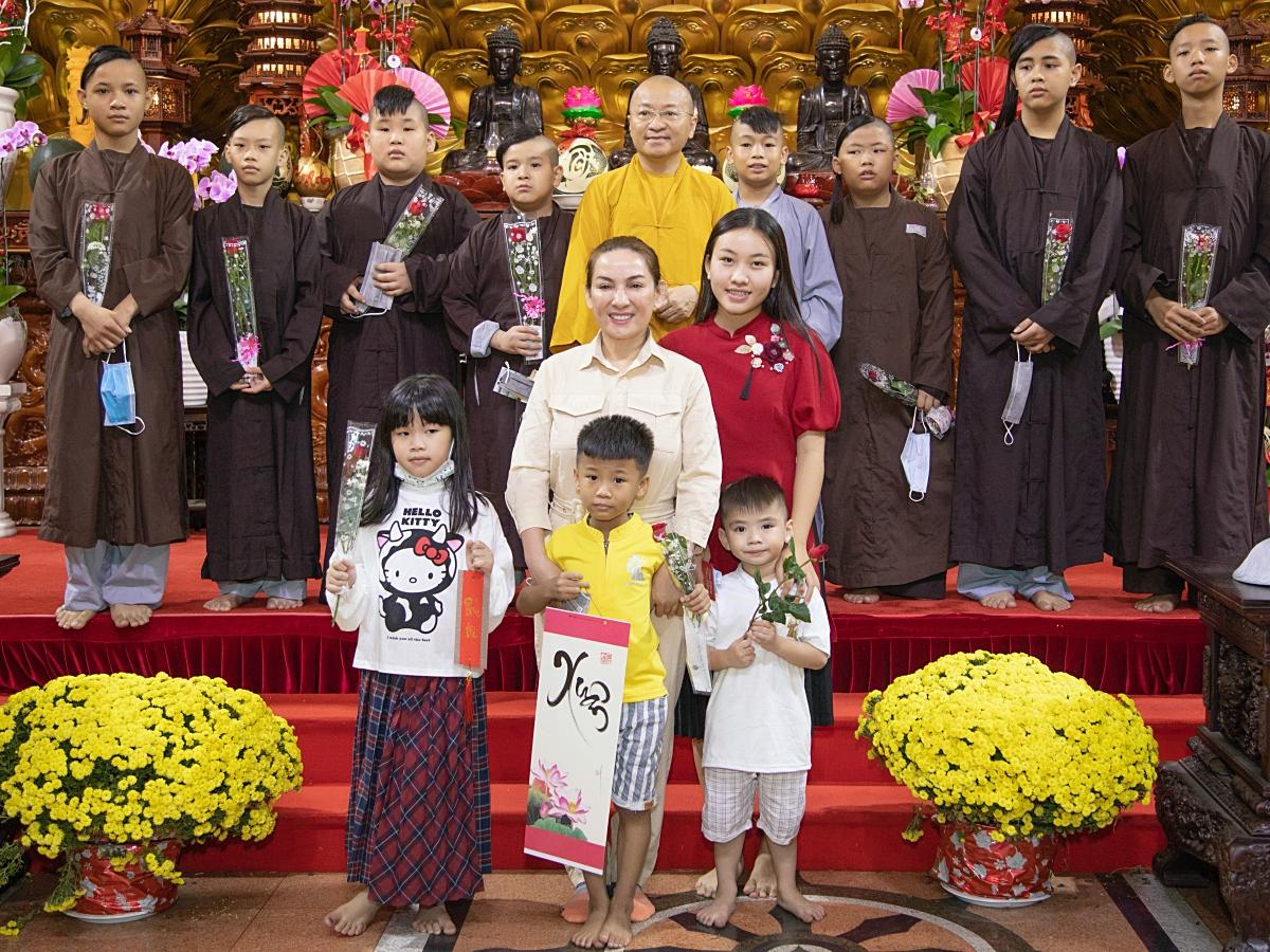 Hé lộ tương lai của 23 người con nuôi - những 'chiếc lá chưa lành' sau khi Phi Nhung qua đời: Đừng bỏ con mẹ ơi! 2