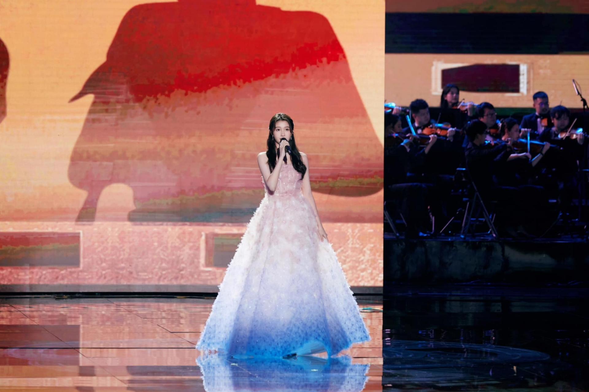 Không phải Dương Mịch hay Phạm Băng Băng, Quan Hiểu Đồng mới là 'ngọc nữ' Cbiz, khoảnh khắc thảm đỏ này đã phơi bày sự thật? 8